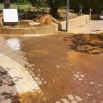"""כשל במערכת ההשקיה של גן הרצל גרם להצפה בקטע הרחוב """"חומה ומגדל"""" אשר חוצה את הגן."""