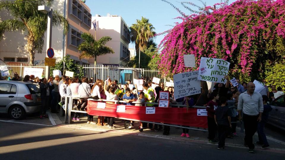 """התוך הפגנת המחאה היום מול ביה""""ס דינור. צילום: הועד המרכזי של ביה""""ס דינור"""