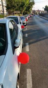 בלונים אדומים על רכבים בחולון