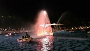 המזקרה באגם לה פארק צבועה בתאורה כתומה