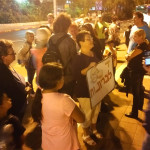 """תושבי חולון קוראים """"די לבריונות"""" של מנהל החינוך, מול בניין העירייה"""
