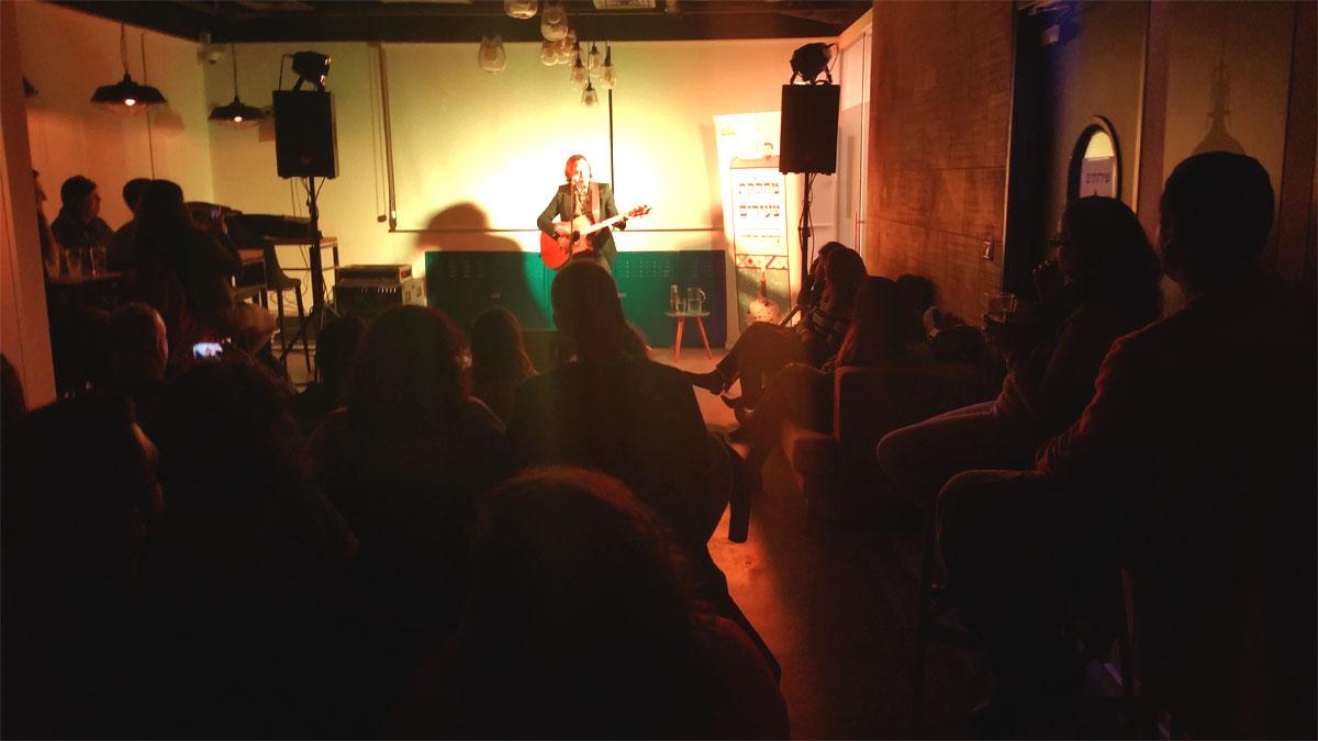 חמי רודנר במופע אינטימי במרכז הצעירים של חולון