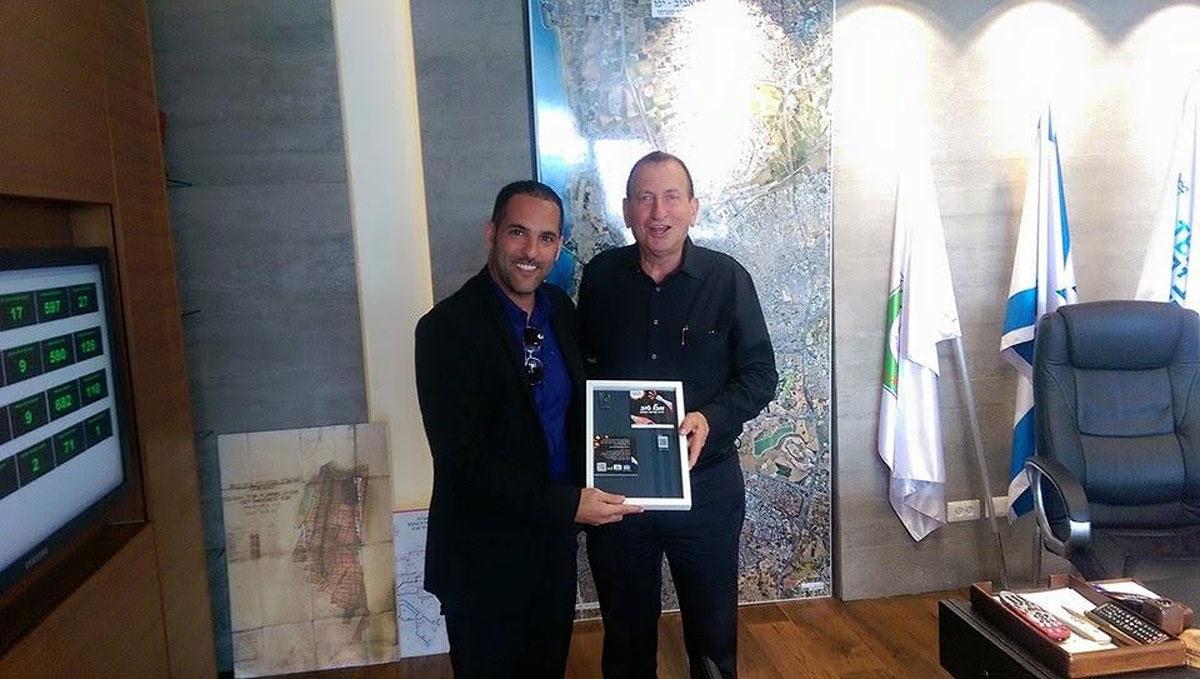 """מיקאל בוזגלו בפגישה עם ראש עיריית ת""""א רון חולדאי. צילום: פרטי"""