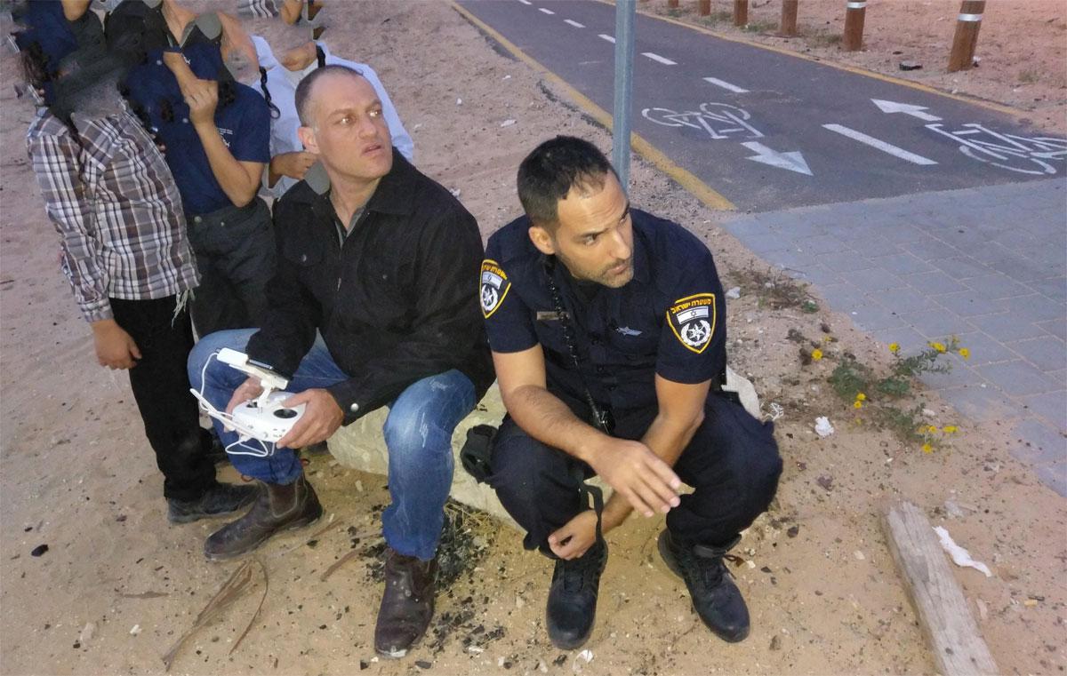 מיקאל בוזגלו בעיצומה של פעילות משטרתית. צילום: פרטי