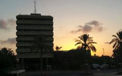 בניין עיריית חולון על רקע השקיעה