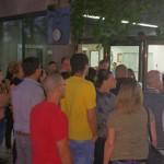 תושבים אמש מחוץ לבניין העירייה