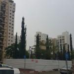 גן סיפור המטריה של רותי. ריאה ירוקה מוקפת בבניינים