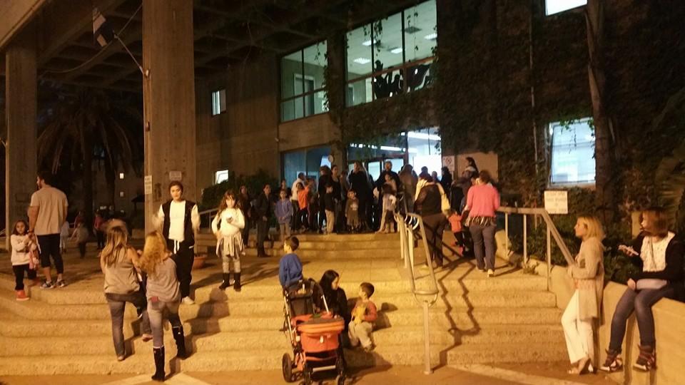 """הורים לתלמידים מביה""""ס דינור מול בניין העירייה. צילום יואב בן פורת"""