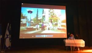 ראש העיר צופה בסרטון שהכינו עבורו ילדי השכונה