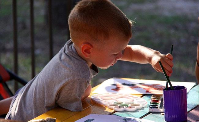 ילד מצייר בגן ילדים. אילוסטרציה. צילום: pixlebay
