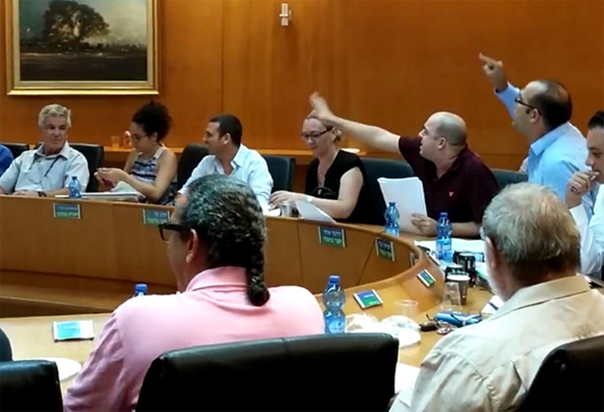 חברי צעירים חולון בישיבה שעסקה בהכנסת מוניות שירות לעיר. צילום: בר שי