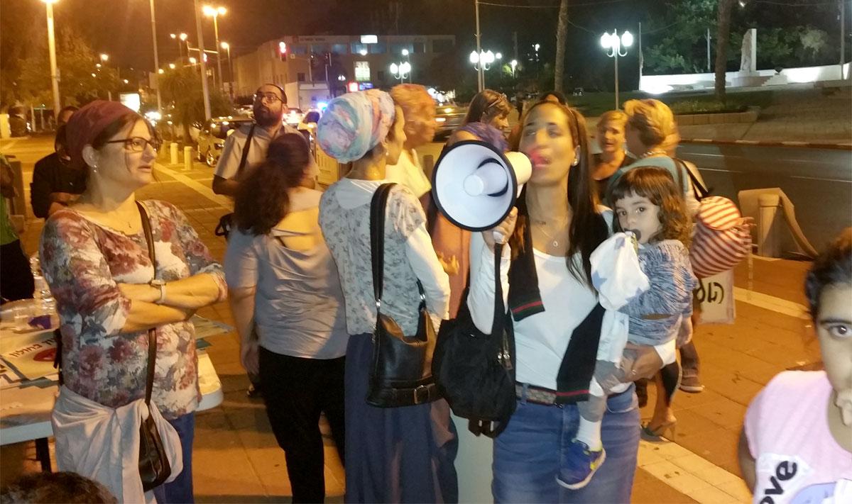 תושבים מפגינים כנגד מנהל החינוך בחולון. נובמבר 2016
