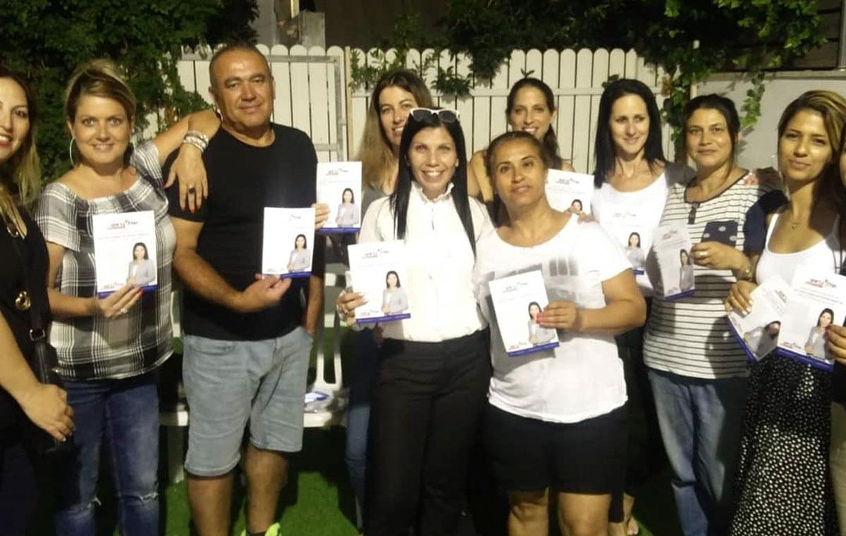 קרן גונן עם תושבים ופעילים בחוג בית. צילום: פרטי