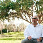 מורן ישראל על רקע עץ השקמה האהוב. צילום: אפי יוספי