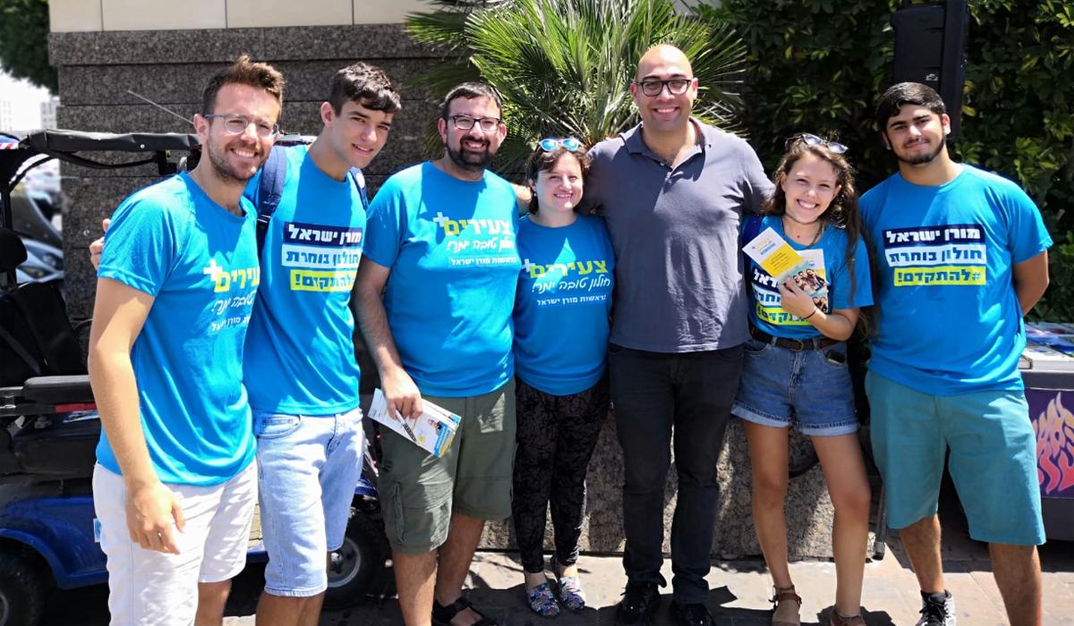 מורן ישראל יחד עם פעילים בשטח. צילום: דוד נחום