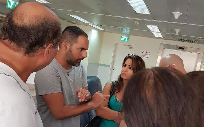 מיקאל בוזגלו בשיחה עם תושבים. צילום: פרטי